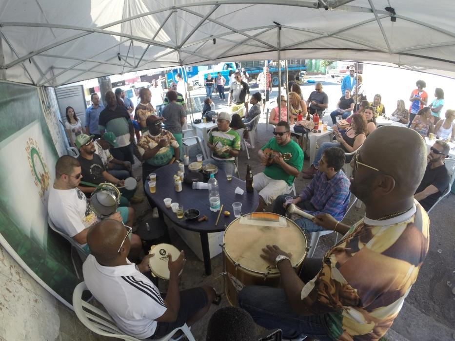 20.mai.2016 - Samba na feira. Depois de montar a estrutura, os músicos se organizam ao redor de uma mesa, deixam a cerveja preparada e começam a tocar. Não precisa nem chamar: os vizinhos e a comunidade já saem de suas casas para aproveitar o domingo de samba e sol na zona norte de São Paulo