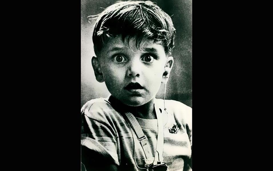 10.jan.2017 - Em 1974, o garotinho Harold Whittles, então com 5 anos, ouviu pela primeira vez após colocar um implante auricular na orelha esquerda. Sua reação assustada foi registrada pelo fotógrafo Jack Bradley. A imagem faz parte de uma seleção feita pelo site Bored Panda, que reuniu algumas fotos antigas adoráveis, daquelas que são capazes de amolecer até aqueles corações de pedra