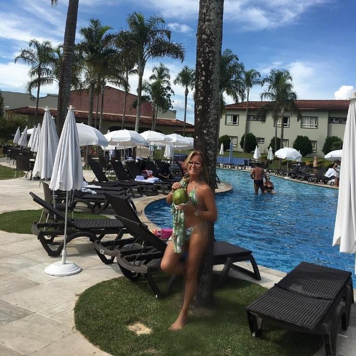 """19.abr.2017 - Celebrada pela Bossa Nova, Helô Pinheiro mostrou que continua """"linda e cheia de graça"""" em uma foto publicada no Instagram. A Garota de Ipanema posou de biquíni à beira da piscina em um resort, onde aproveitou o feriado de Páscoa"""