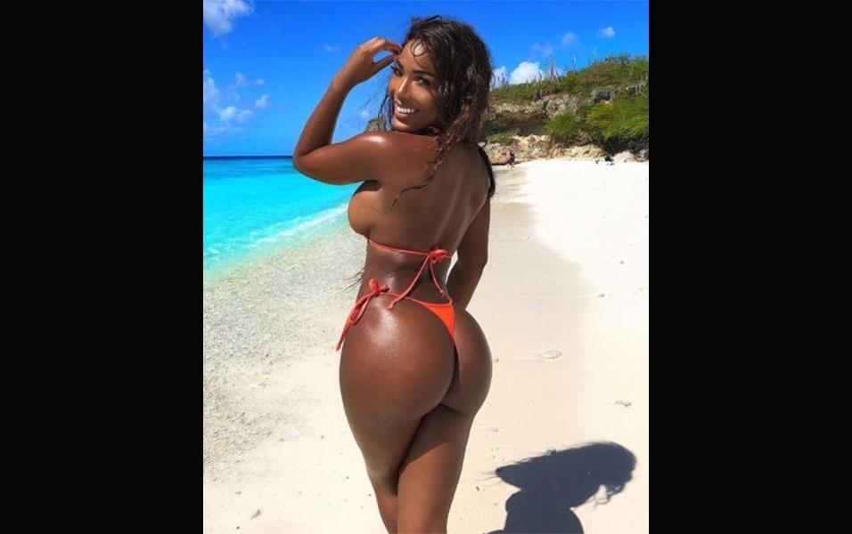 """""""É bom estar de volta"""", escreveu Monifa ao postar uma foto em praia de Curaçao, sua terra natal, após retornar de viagem ao Estados Unidos"""