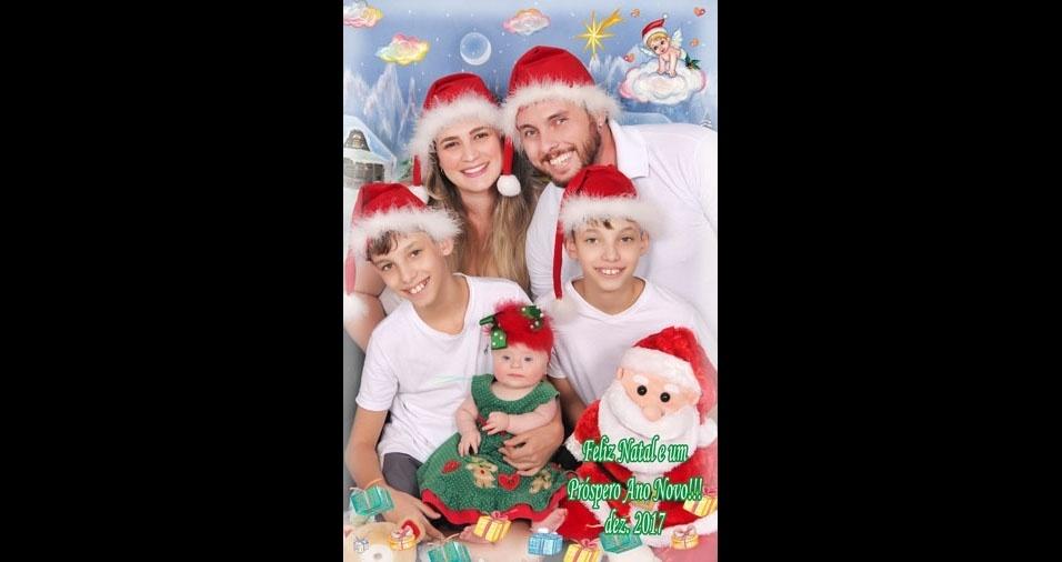 Danilo e Juliana enviaram foto dos filhos João, Murilo e Aurora, em clima de Natal, em Mirassol (SP)