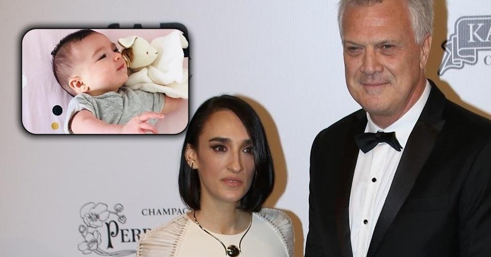 Maria Prata posa ao lado do marido, o jornalista Pedro Bial. O casal recentemente teve a primeira filha que está com 4 meses.