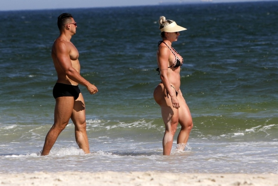 1º.fev.2016 - A ex-panicat Juju Salimeni exibiu um corpo musculoso durante passeio na praia da Barra da Tijuca, no Rio de Janeiro, acompanhada do marido, o fortão Felipe Franco