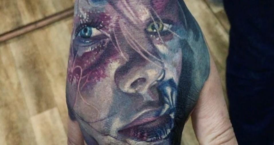 6. Um rosto colorido na mão, por que não?