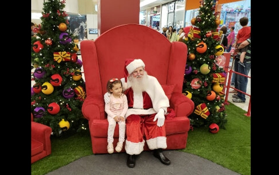 O papai Rafael enviou foto da filha Ana Raquel com o papai Noel, em Uberlandia (MG)