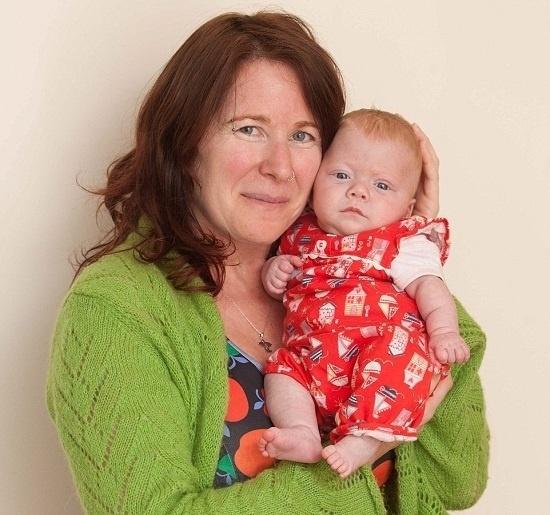 """23.out.2015 - Pixie foi mantida na incubadora por mais de três meses. Agora, cinco meses depois, ela está em casa ao lado da mãe. """"Continuo indo ao hospital todos os dias e a mantenho longe de outras pessoas porque se ela pegar uma gripe, volta a respirar por aparelhos. No entanto, até o momento, ela está indo muito bem"""", afirmou Sharon"""