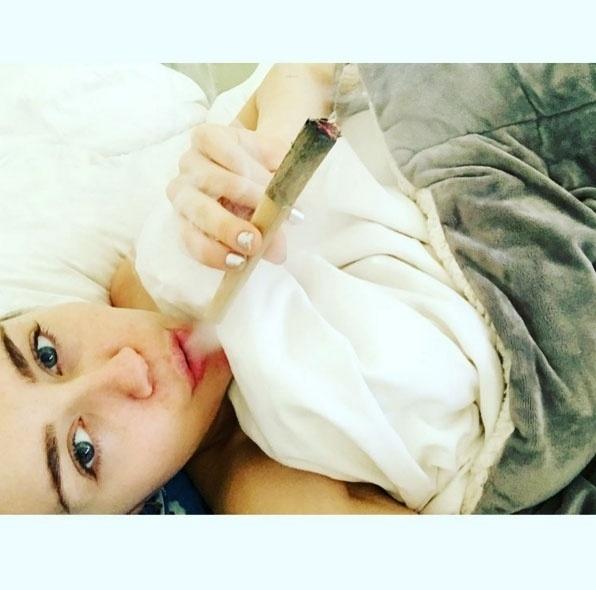 """20.dez.2015 - Miley Cyrus adora levantar polêmicas em suas redes sociais. Desta vez, a cantora postou uma foto em seu Instagram com um cigarro enorme. """"O café da manhã está servido"""", escreveu Cyrus. A foto foi bem recebida pelos fãs da artista. Alguns comentários diziam que o cigarro, com uma piteira grande de madeira, aparentava ser de maconha"""