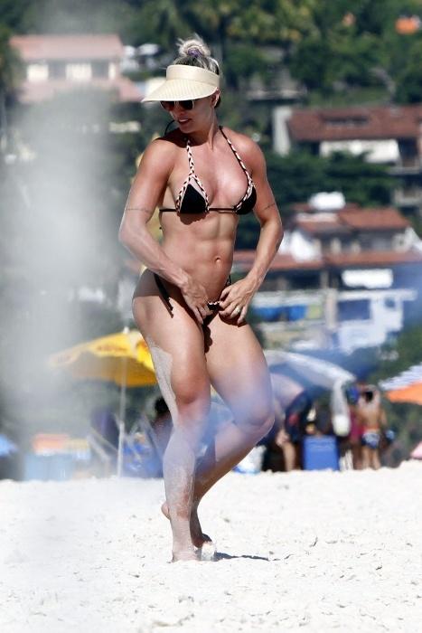 1º.fev.2016 - Juju Salimeni exibe barriga sequinha na praia da Barra da Tijuca, no Rio de Janeiro