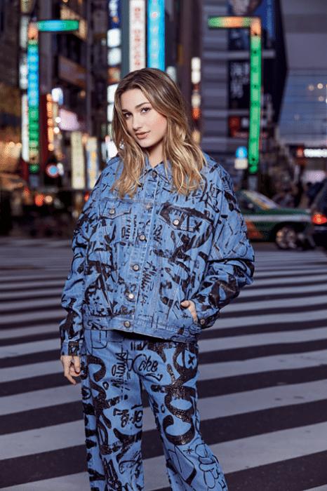 """24.fev.2017 - Sasha Meneghel posa nas ruas de Tóquio para a revista """"Glamour"""""""