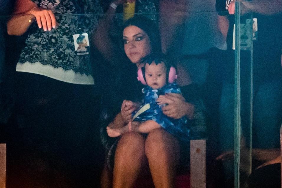 3.mar.2017 - Melinda aparece no colo da mamãe Thaís Fersoza com um protetor auricular. Por ser bebê, ela não pode ficar exposta a ambientes com o som muito alto