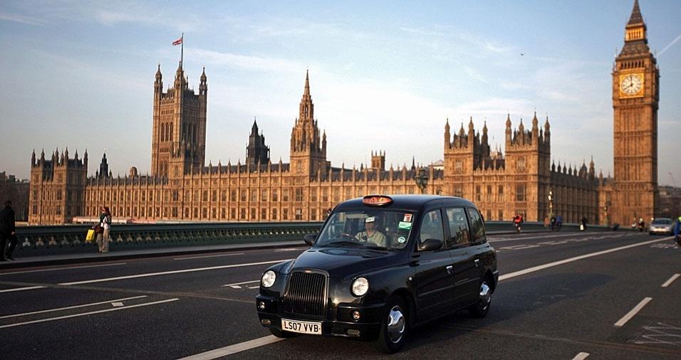 1. Em Londres, na Inglaterra, os táxis são verdadeiros carros de rainhas, tradicionais e bem cuidados. Mas não é em todo mundo que eles são tão glamourosos assim. Veja alguns táxis que são encontrados por diversos países