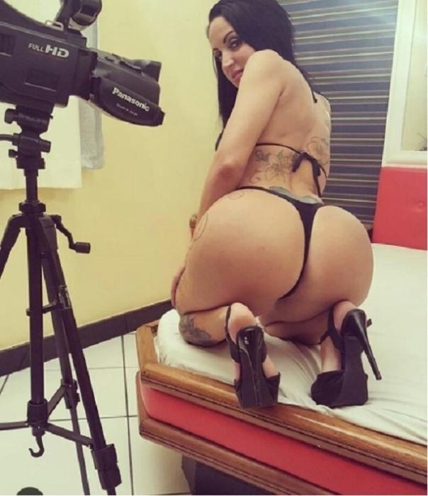 Nas redes sociais, Elisa Sanches divulga os bastidores dos seus trabalhos eróticos