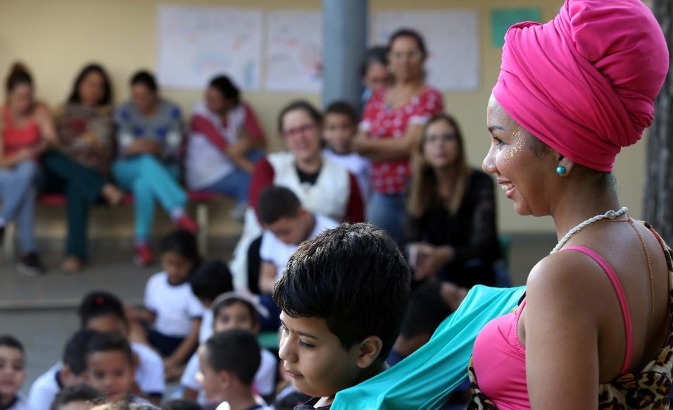 Outros alunos são escolhidos para participar de oficina de turbantes na EMEI Baista Cepelos, em São Paulo