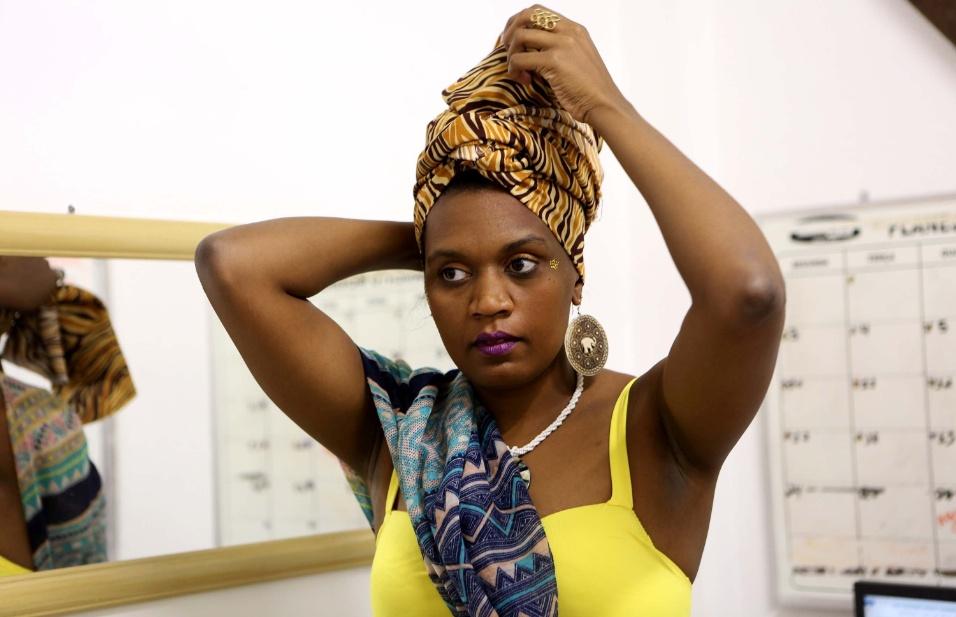 Raísa Amaral, a princesa Funji, é outra integrante do projeto Adeola. Ela se prepara, assim como Denise, e coloca o turbante antes de fazer a performance