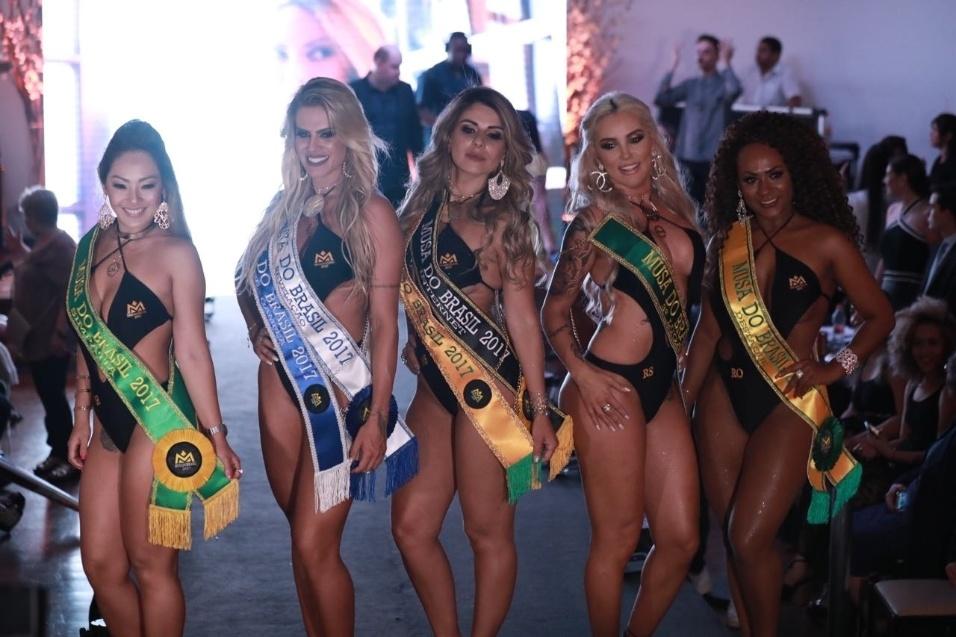 5.nov.2017 - Todas as vencedoras do Musa do Brasil posam para os fotógrafos após recebem as faixas. As três primeiras colocadas vão posar para a revista Sexy