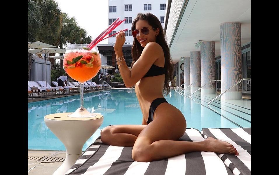 """29.jan.2018 - A modelo Jen Selter fez uma piadinha ao postar uma nova foto no Instagram. Na imagem, a americana aparece tomando um drink em um copo gigante. """"Esse drink faz meu bumbum parecer pequeno?"""", perguntou a beldade. Os fãs de Jen foram unânimes em responder """"não"""". E teve quem também entrou na brindeira. """"Qual drink?"""", perguntou um seguidor"""
