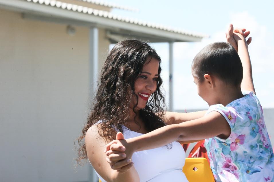 ABRACE. A mãe da pequena Anna Clara, Vanessa Costa, de 27 anos, diz que ficou tranquila ao saber que havia outras crianças morando na casa. Segundo ela, o contato com pessoas da mesma idade faz a diferença no tratamento da filha, que não vai precisar de transplante de medula óssea