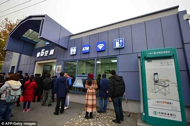 18.dez.2015 - Novos banheiros públicos substituem o nome