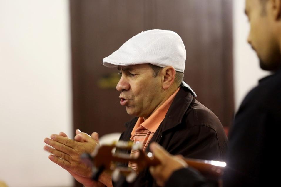 """José Marilton da Cruz, também conhecido como Chapinha, apresenta uma de suas poesias ao público: """"Eu preciso encontrar um país onde tenha respeito, austero pudor e qualquer pessoa em pleno direito diga 'adeus, preconceito', de raça e de cor. Eu preciso encontrar um país onde ser solidário seja um ato gentil. Eu prometo que vou encontrar e esse país vai chamar-se Brasil!"""""""