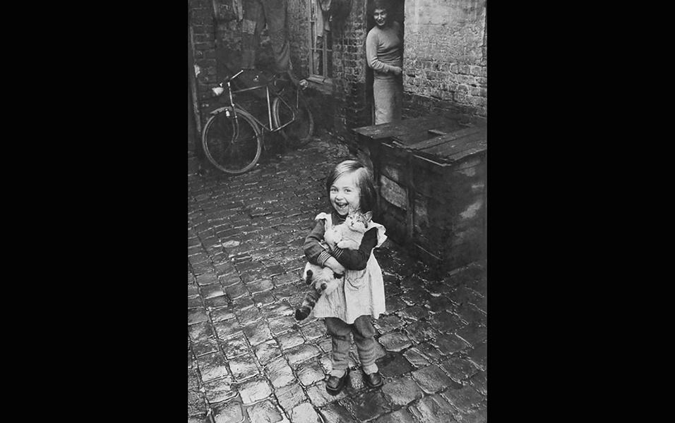Garotinha francesa posa felicíssima com seu gato em foto de 1959