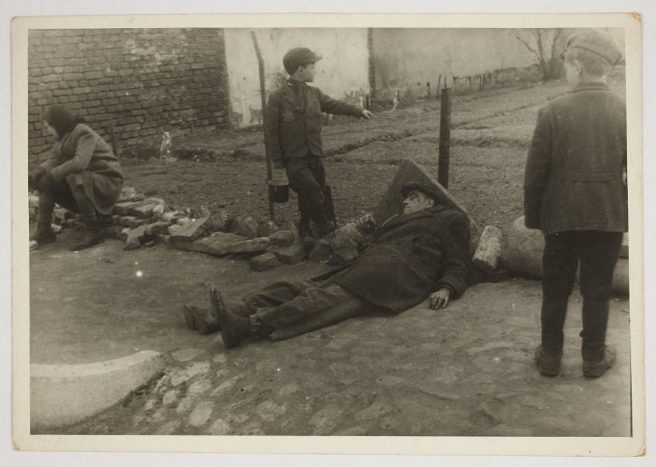 1940-1944 - Homem doente repousa ao chão. O estado de guerra limitava o acesso da população a serviços básicos, situação que se agravava nos guetos criados pelos nazistas