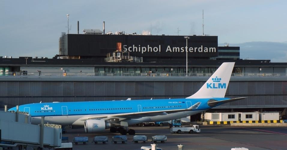 Valor roubado: US$ 118 milhões (mais de R$ 371 milhões) - Em 2005, quatro homens roubaram um carro blindado da companhia aérea KLM que continha, em seu interior, uniformes da empresa. Duas semanas depois, os ladrões renderam os verdadeiros funcionários da KLM, pegaram as malas com diamantes do avião que aterrissou no aeroporto de Schiphol e levaram a maior quantidade de diamantes já roubada na história. Pouco após o roubo, quatro pessoas foram presas. Grande parte dos diamantes foi encontrada logo após o crime, no veículo usado na fuga, mas o restante das joias, de valor calculado em US$ 43 milhões, continua sendo procurado.