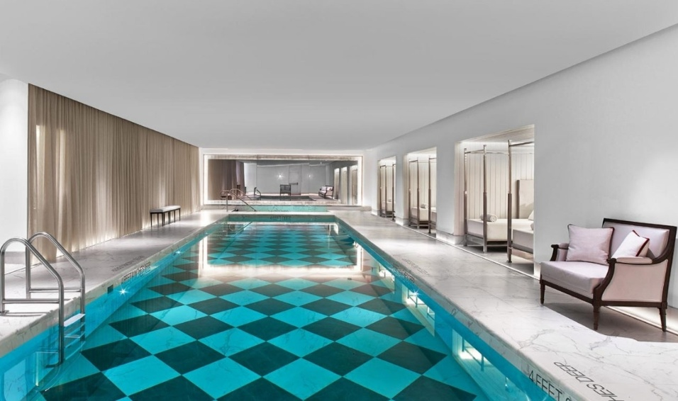 19.mai.2017 - A piscina do luxuoso Baccarat Residencese, onde o empresário Joesley Batista está hospedado