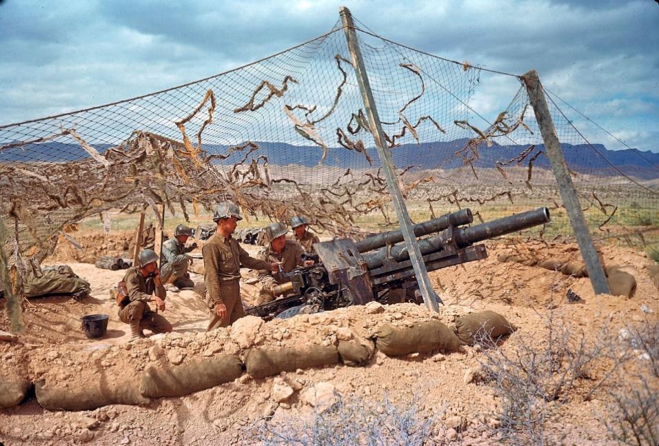 1943 - Tropa camuflada norte-americana aguarda ordens no deserto do vale de El Guettar, na Tunísia