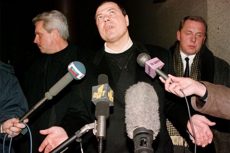 Nascido em 1958, Sergei Mikhailov é apontado como um dos mais notórios mafiosos russos da história. Sergei é o suposto fundador de uma organização criminosa chamada Solsnetskaya, que conta com 5 mil membros e está envolvida em atividades criminosas como extorsão, contrabando de armas, tráfico de drogas e lavagem de dinheiro, utilizando negócios legais para este fim. Mikhailov foi preso na Suíça em 1996, mas os provas coletadas no país não foram suficientes para condenar o criminoso. Diante da recusa da Rússia em enviar documentos que comprovassem a culpa de Mikhailov, o acusado foi solto em 1998