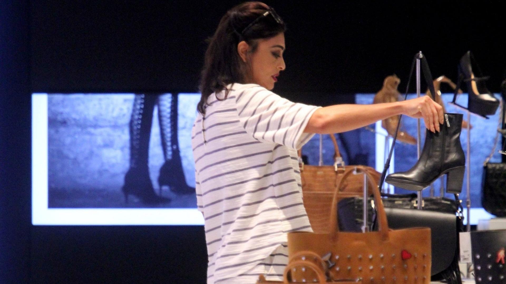 14.mar.2016 - A atriz Juliana Paes foi flagrada fazendo compras em um shopping do Rio de Janeiro. Juliana foi acompanhada do filho Pedro, de 5 anos, vestido com o uniforme de artes marciais