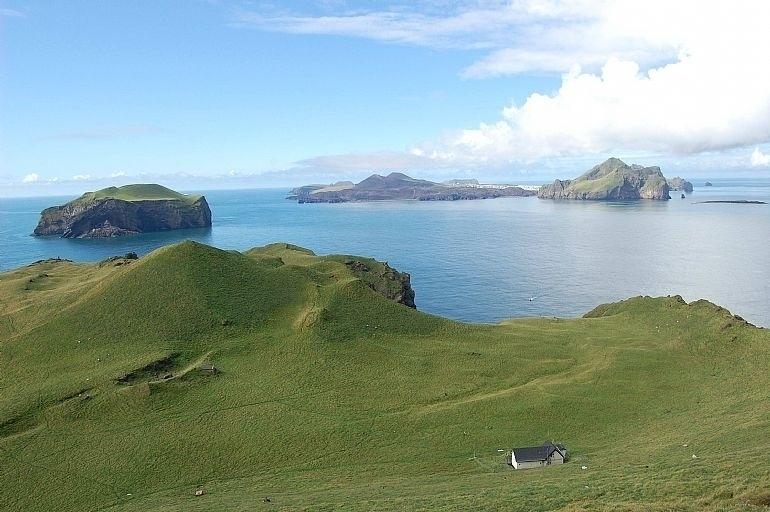 """9.out.2016 - Casa é um """"pontinho alvinegro"""" na ilha, que é cercada pelo mar. Anos depois de ser abandonada, ela passou por uma reforma e foi transformada em uma pousada para uso exclusivo da Associação."""