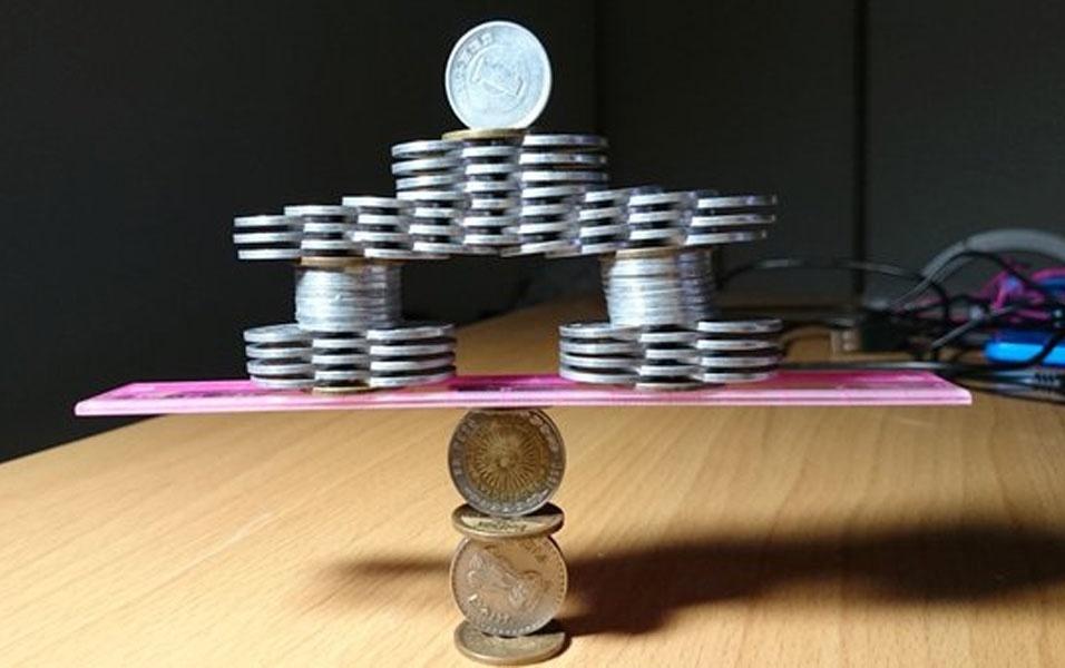 3. Escultura de moedas empilhadas