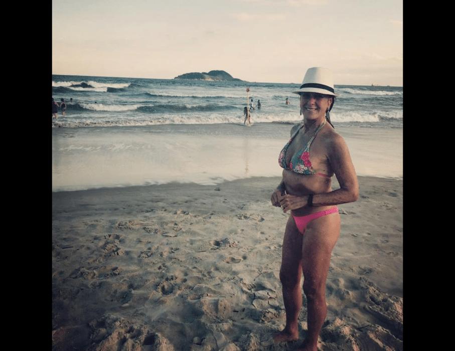 """7.abr.2017 - Helô Pinheiro compartilhou clique à beira do mar. """"Fim de semana com ou sem sol vale respirar ar marítimo"""", escreveu a musa da Bossa Nova"""