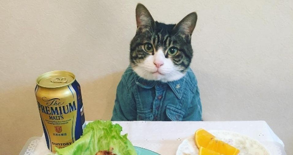 19. Para um Happy Hour informal com os amigos, a camisa jeans está em alta
