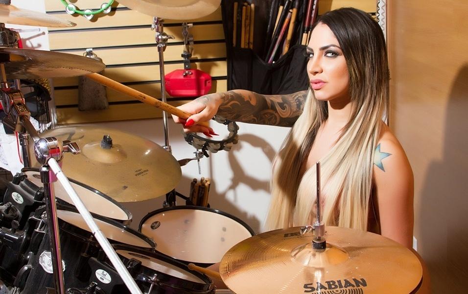 """6.mar.2018 - A modelo Nathali Pereira fez um ensaio sensual posando nua em uma bateria, instrumento que ela diz tocar com maestria. """"Ser gostosa e ainda ter esse dom não é pra qualquer uma"""", dispara a musa"""