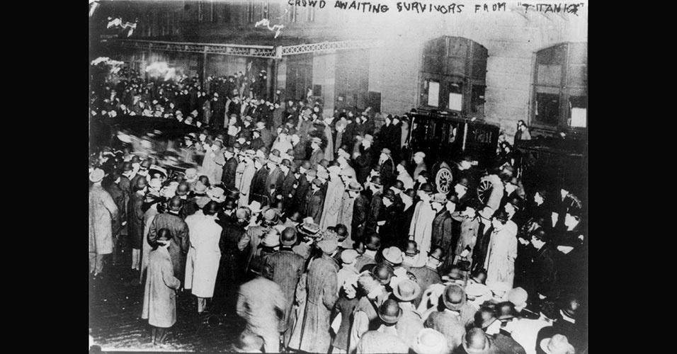 Multidão se aglomera no Píer 59, em Nova York, nos Estados Unidos, aguardando a chegada da embarcação Carpathia, que trazia os primeiros sobreviventes do naufrágio do Titanic