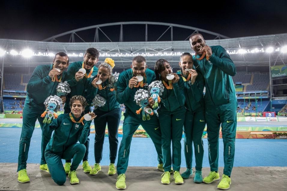14.set.2016 - Equipe de revezamento do Brasil leva a prata no 4 x 100 m T11/T12/T13 com Talita Simplicio, Terezinha Guilhermina, Alice Correa e Lorena Spoladore (acompanhadas na foto com os guias)
