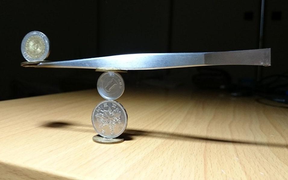 1. O usuário do Twitter thumb_tani é um equilibrista que passa horas desafiando a gravidade com moedas, bolinhas, talheres e palitos