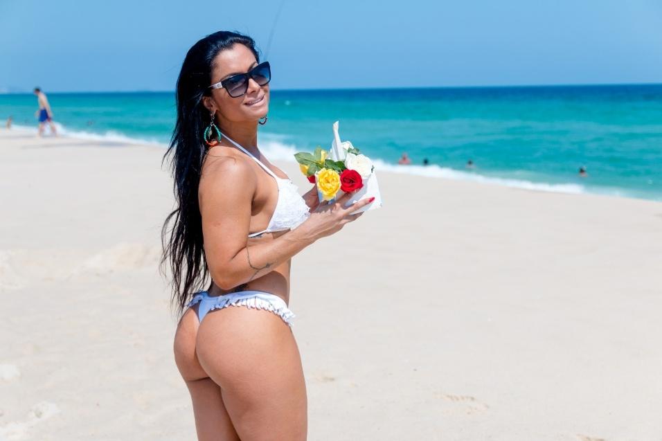 30.dez.2016 - A modelo Dani Sperle sorri antes de fazer sua simpatia para o ano novo na praia do Recreio, no Rio de Janeiro