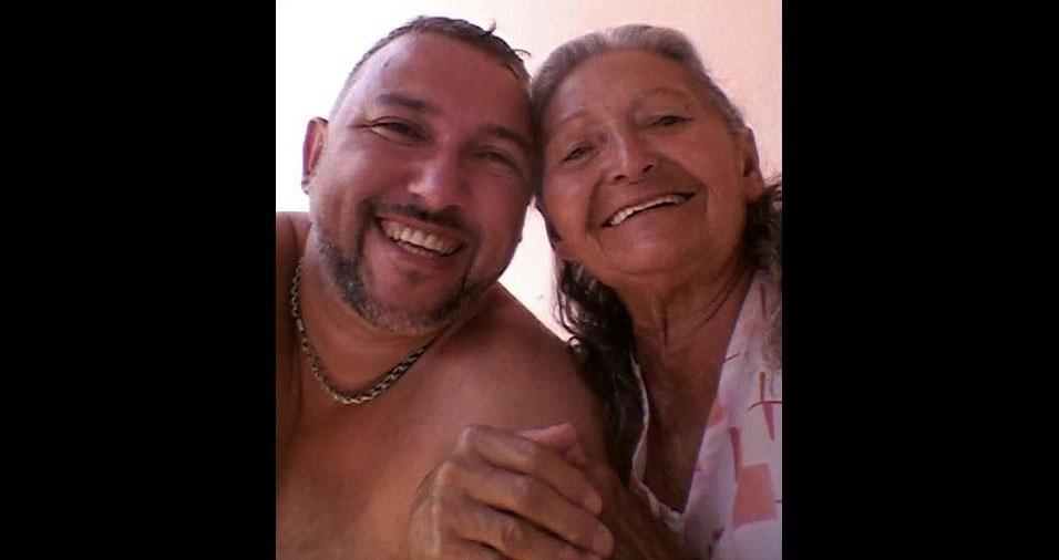 Luciano, de São Miguel Paulista, São Paulo (SP), com sua avó Terezinha