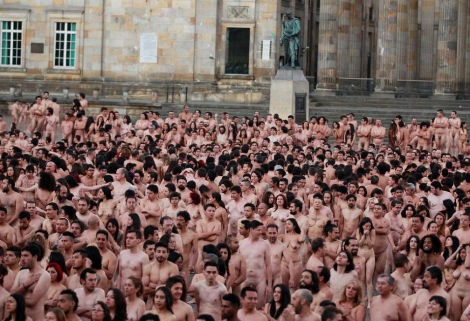 6.jun.2016 - Todo mundo nu. Spencer Tunick fotografa mais de 6 mil pessoas completamente sem roupas juntas em Bogotá, na Colômbia