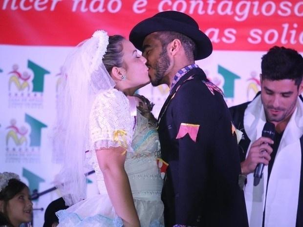 11.jun.2016 - Vestidos de caipira, Cacau e Matheus se beijam durante festa junina, no Rio
