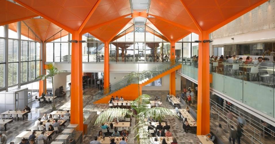 6.mar.2017 - Construída em uma região que abriga parques e museus, a Torre BBVA Bancomer tem certificação de eficiência ambiental e possui diversos espaços de uso compartilhado