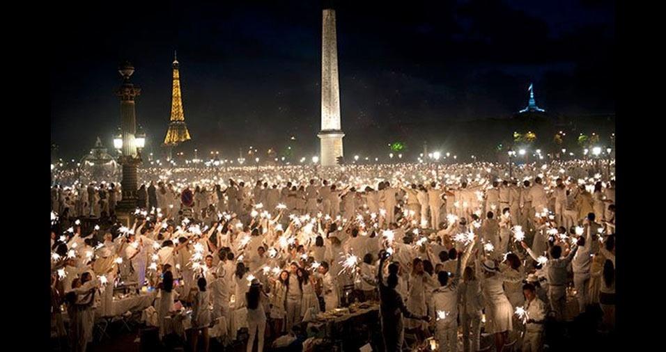 3.  Que tal juntar-se aos amigos para o jantar de branco, em Paris, França