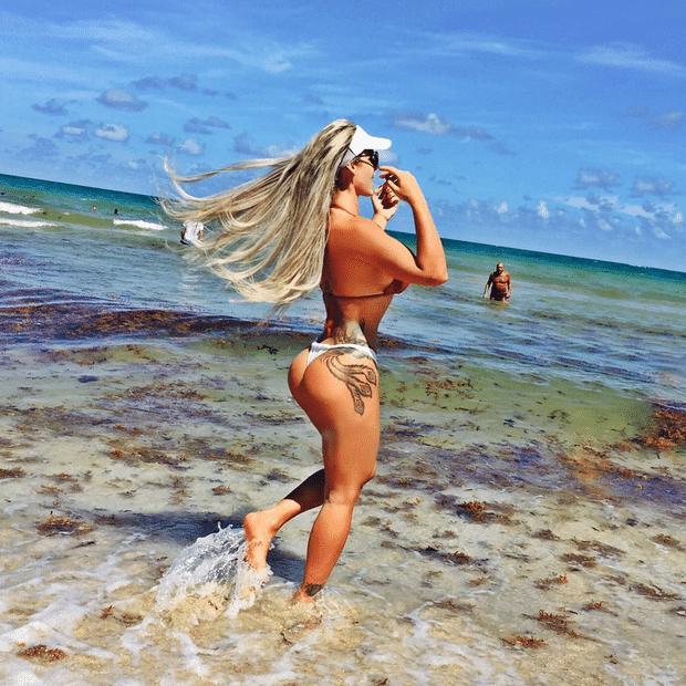 """21.ago.2015 - Denise Rocha, que ficou conhecida como """"Furacão da CPI"""", publicou em seu Instagram fotos onde exibe seus atributos em uma praia de Miami, nos EUA. Com o bumbum empinado, a loira chamou a atenção de seus 101 mil seguidores por estar com uma cintura finíssima. """"Precisa acabar? #amopraia#Fontainebleau #miami"""", disse ela na legenda"""