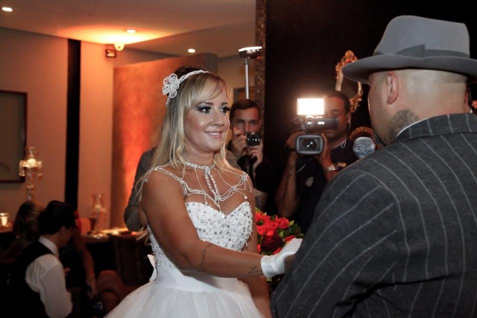17.jan.2016 - Vivi Fernandez e Fabiano dos Santos trocam alianças em cerimônia neste domingo (17), em São Paulo