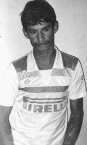 """Orlando da Conceição, vulgo Orlando Jogador, era um dos chefões do Comando Vermelho e considerado o traficante mais poderoso do Rio de Janeiro no início dos anos 90, comandando as ações no Complexo do Alemão. O criminoso foi assassinado em 13 de junho de 1994, em uma traição que marcou a história do narcotráfico no Rio de Janeiro. Ernaldo Pinto de Medeiros, o Uê, então com 26 anos, chefe do Terceiro Comando e em segundo lugar na hierarquia do tráfico no Rio, disse ter sido sequestrado pela polícia, que exigia R$ 60 mil para libertar o """"refém"""". Como tinha uma relação amistosa com Uê, e tinha o hábito de emprestar dinheiro a juros, Orlando achou a história verossímil e foi levar o dinheiro pessoalmente ao bando de Uê, ao lado de seus principais homens. Ao chegar no local marcado, o grupo, em menor número, foi fuzilado"""
