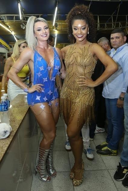 31.jan.2016 - Juliana Alves, a rainha da bateria da Unidos da Tijuca, e Juju Salimeni, musa da agremiação, exibem belas curvas durante ensaio da escola
