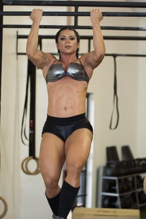 20.abr.2016 - Suelen Bissolati é modelo fitness e atleta, e se destaca pelas curvas poderosas e músculos hipertrofiados