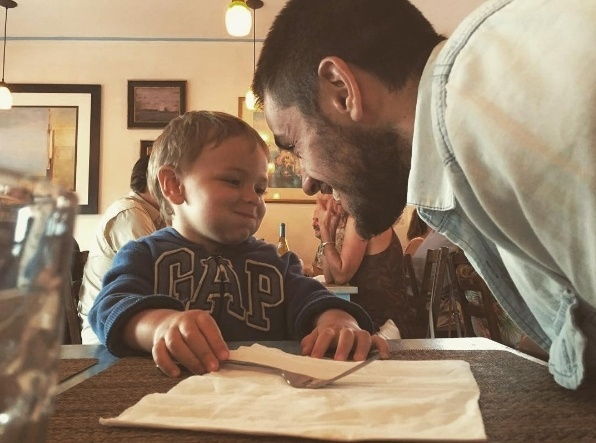 28.jun.2016 - O ator Felipe Simas se tornou pai de Joaquim aos 22 anos. O pequeno, que tem 2 anos, recebeu uma declaração muito bonita feita por Felipe no Instagram: